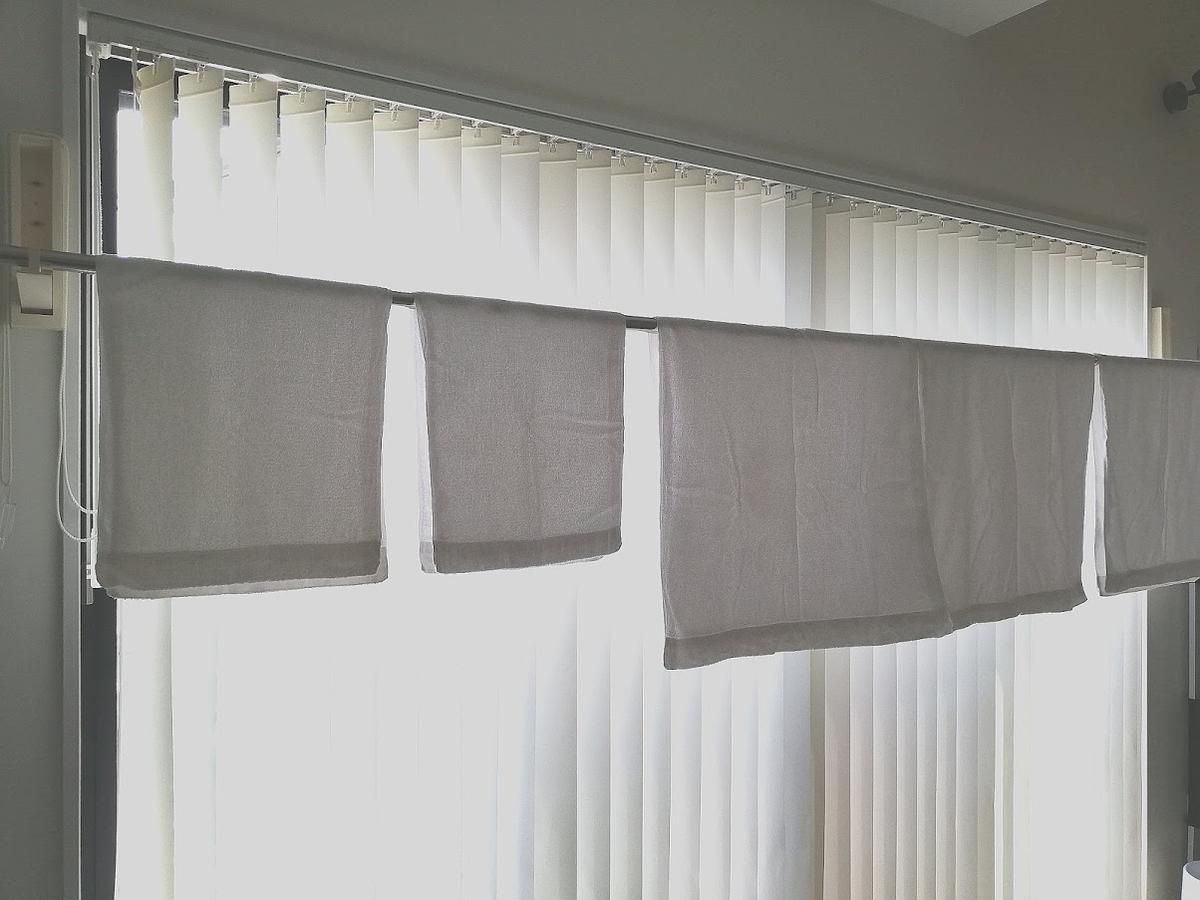室内用物干しにかかった何枚かのタオル
