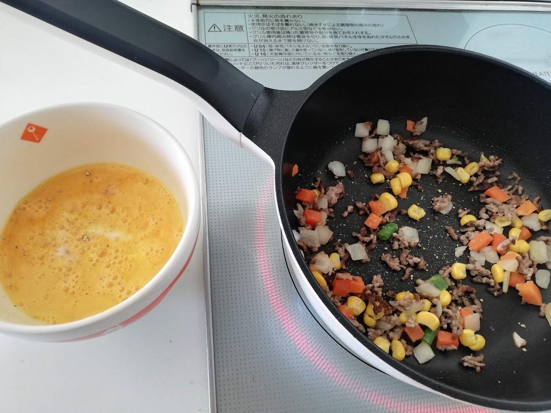 フライパンで挽き肉とミックスベジタブルを炒める