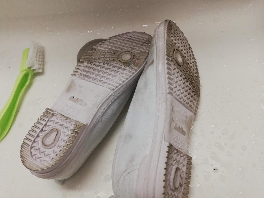 洗面台に置いてある汚れた上履き
