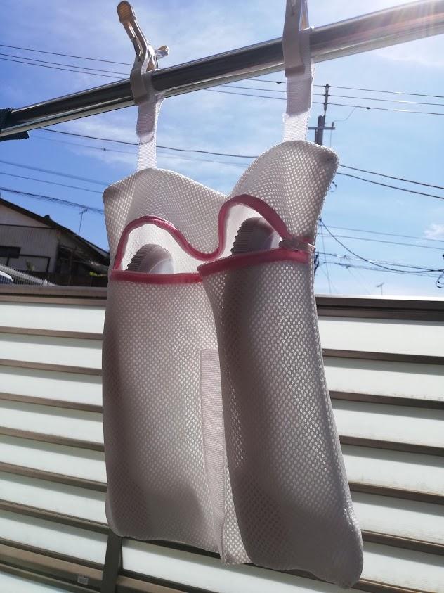 洗濯ネットに入れたまま干した上履き