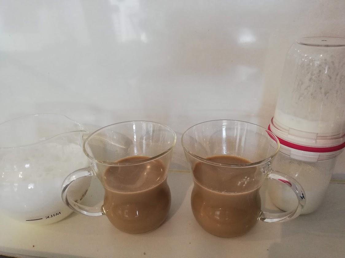 泡立てたミルクとカフェラテそれぞれの写真