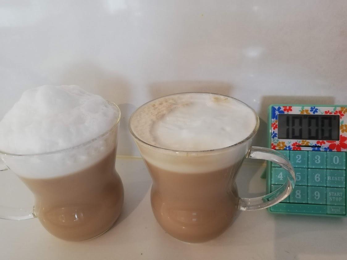 泡入りカフェラテと10分タイマーの写真