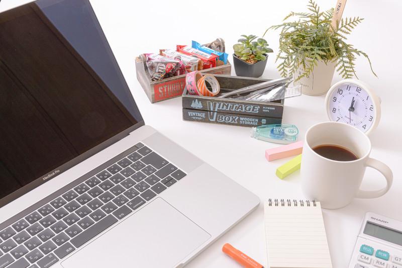 コーヒーや菓子類とノートパソコン