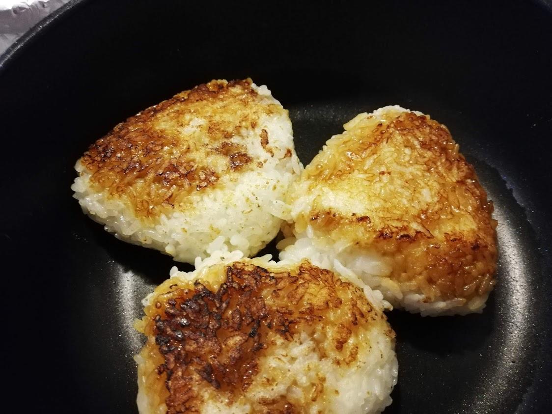 フライパンの中の バター醤油焼きおにぎり