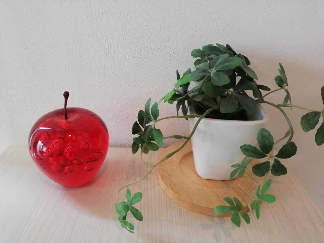 リンゴの置物とフェイクグリーンの鉢