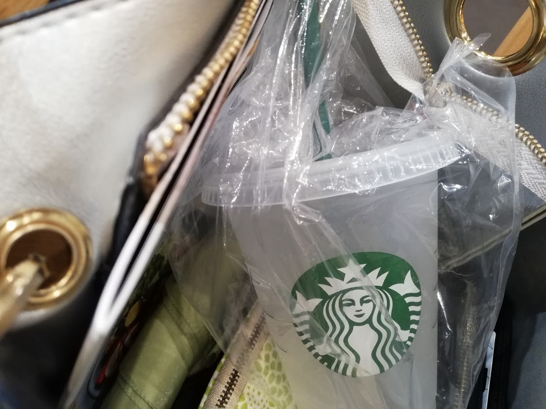バッグの中のビニール袋に入ったリユーザブルカップ