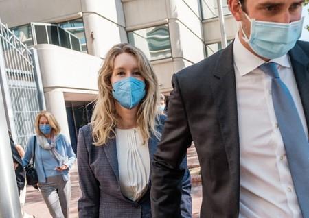 裁判所を出る米ベンチャー企業セラノスの共同創業者エリザベス・ホームズ被告(左)=8日、カリフォルニア州サンノゼ(AFP時事)