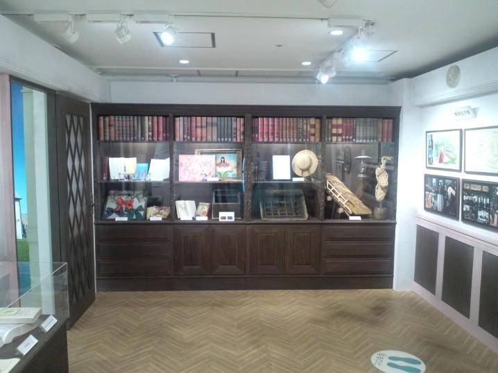 「花子とアン」特別展 撮影用小物展示棚