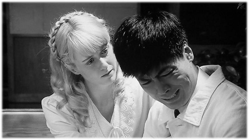 エリーは優しくマッサンの肩に手を置きます。 マッサン、すすり泣き。 シャーロット・ケイト・フォックス 玉山鉄二