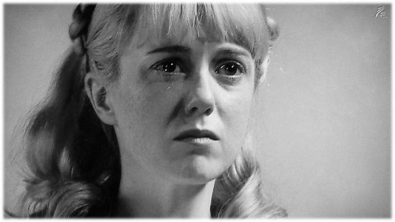 涙があふれ出すエリー。 シャーロット・ケイト・フォックス