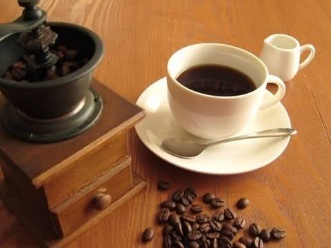 コーヒーミルを挽く百合子