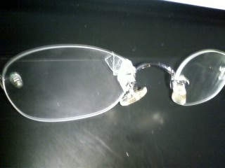 ひび割れたメガネ