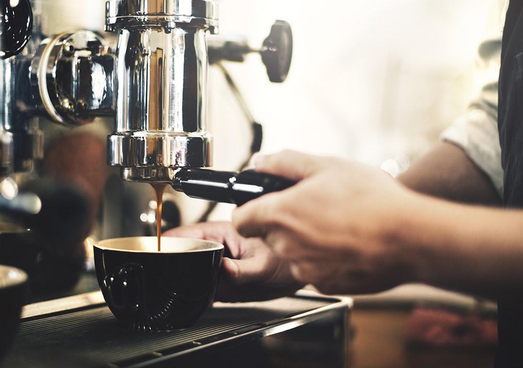 自宅で利用できるコーヒーマシンのおすすめを紹介。インスタントや自家焙煎と比べてのメリットも紹介。