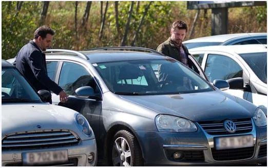 車に乗ろうとしている男性たち