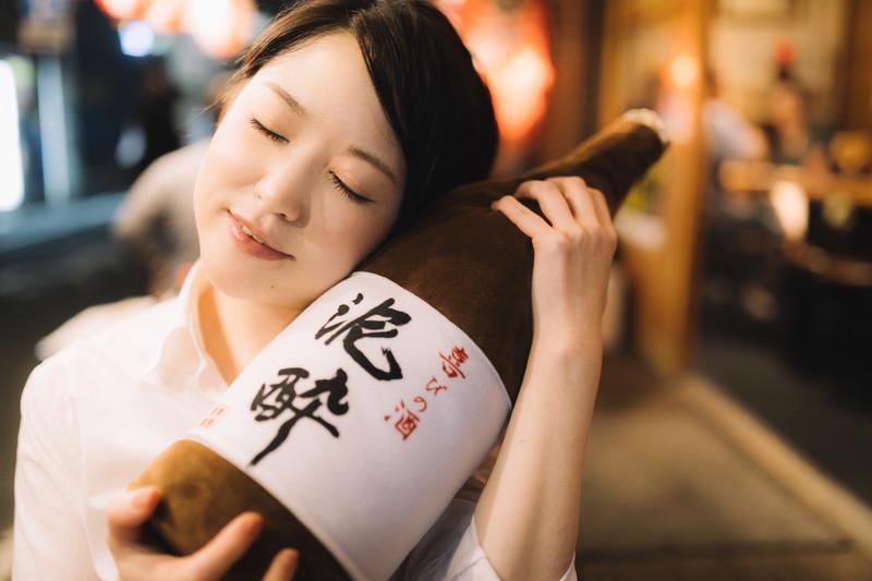酒瓶を抱えた若い女性の写真