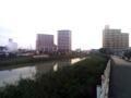 ここから川沿いに行くよ