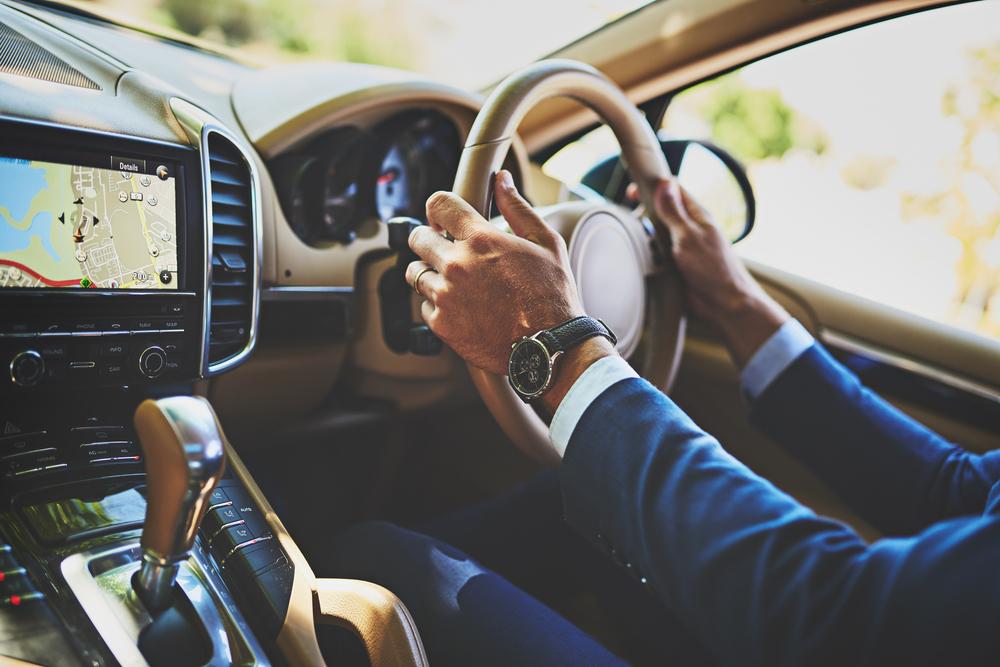 EVの運転を楽しむ男性