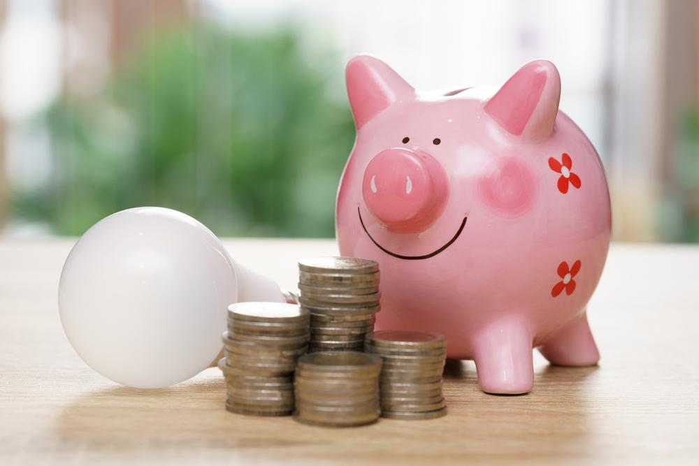 電球と貯金箱とコイン