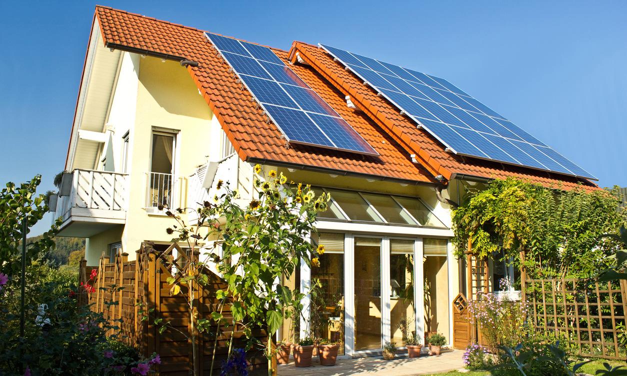 太陽光発電のパネルが設置されている家