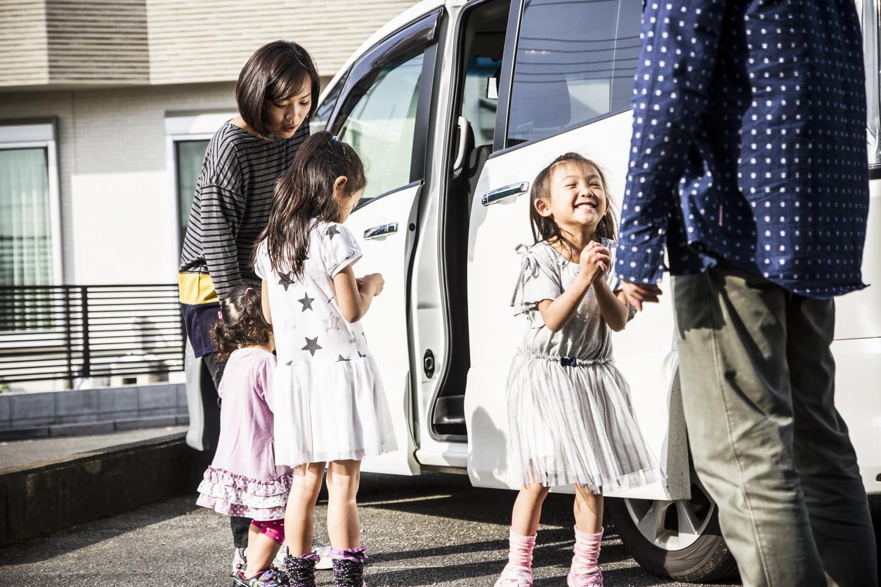 車と子供3人の家族