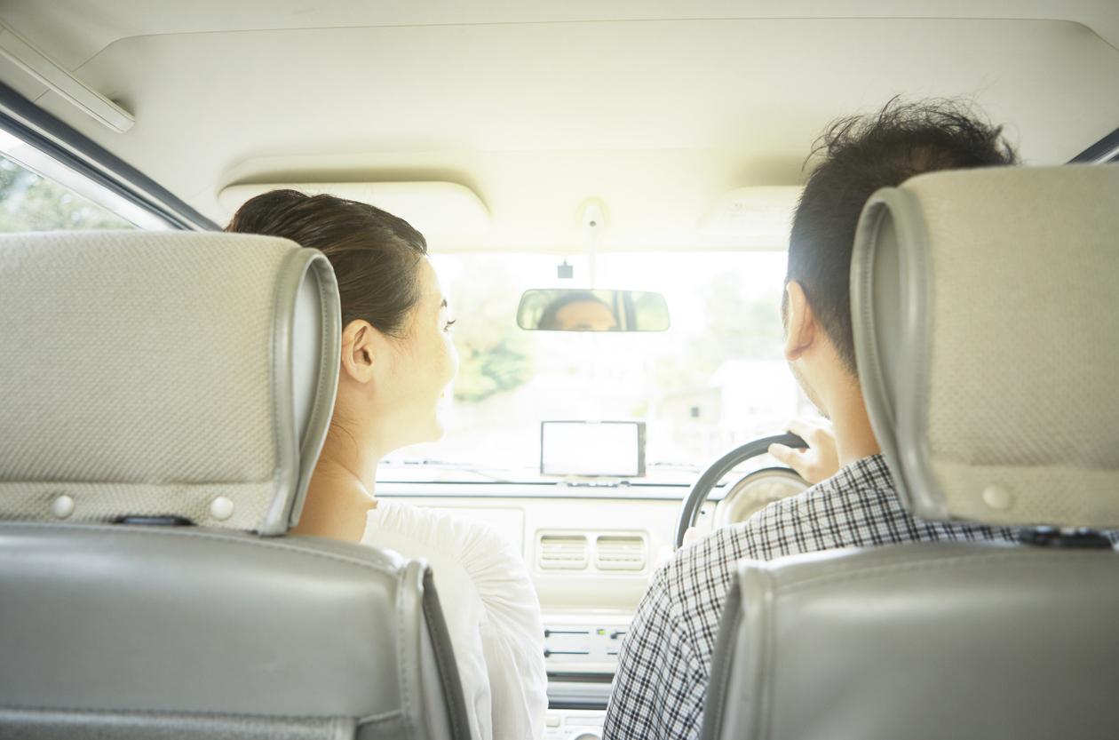 車に乗るカップル、夫婦