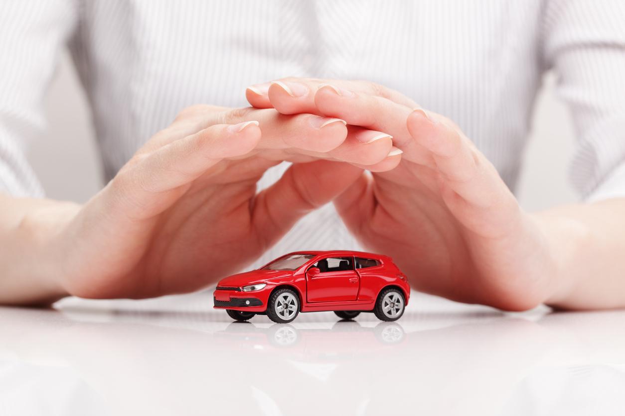 車のおもちゃと手