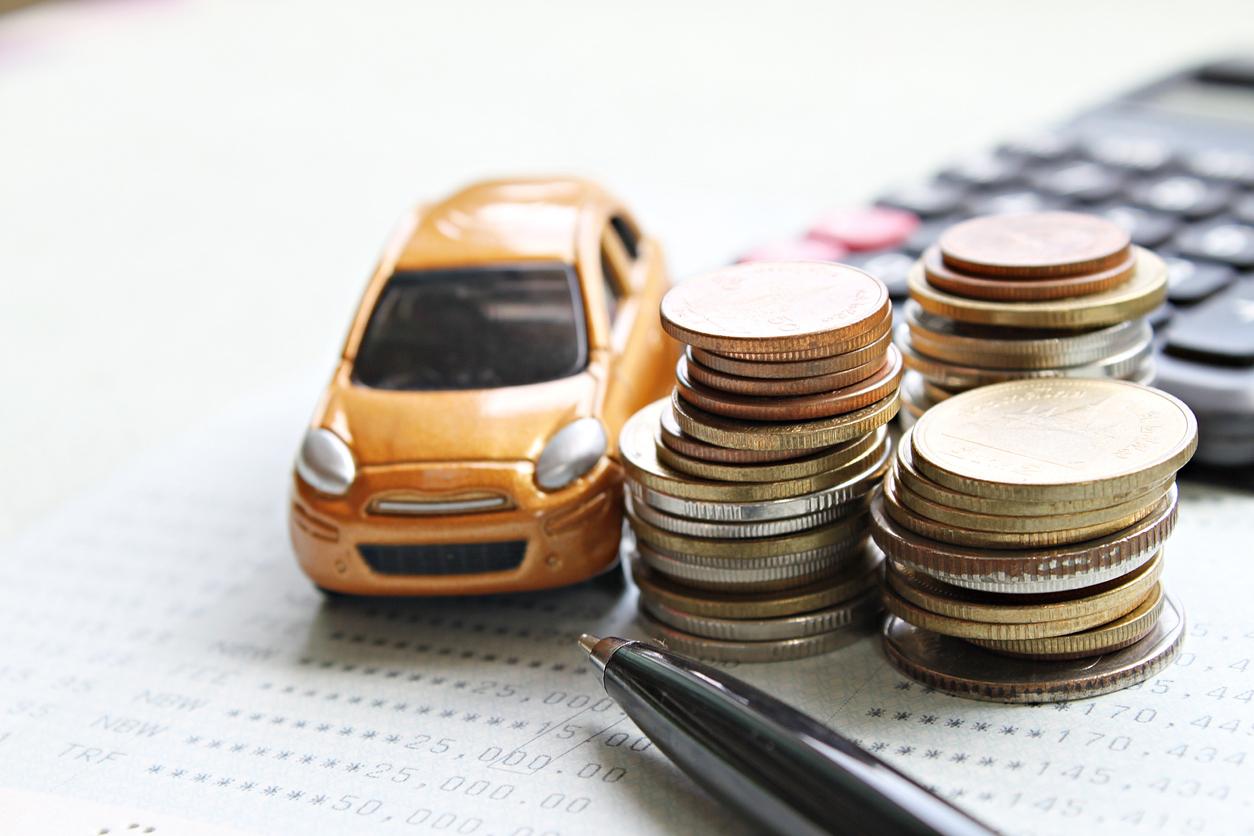 車のおもちゃと電卓と硬貨