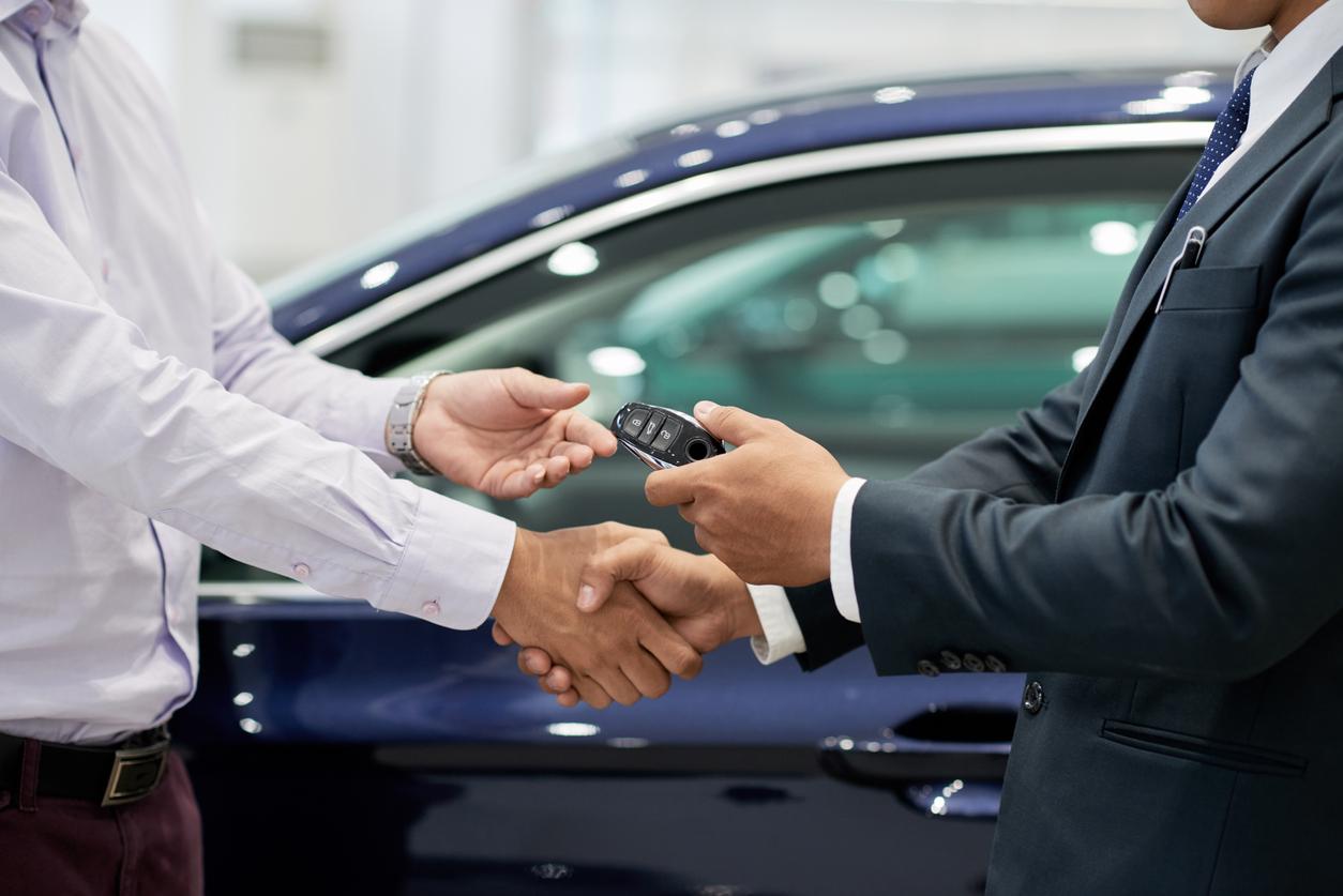 車のディーラーと購入者