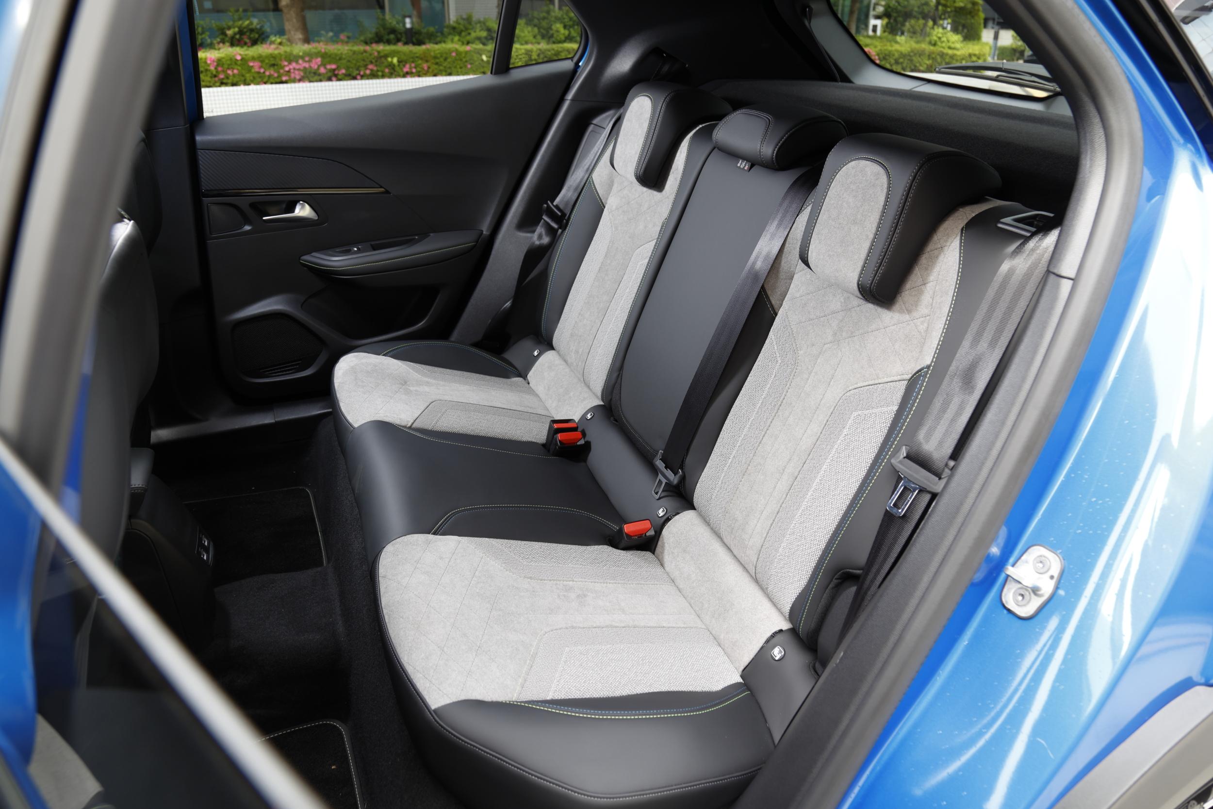 プジョー e-2008の車内シート