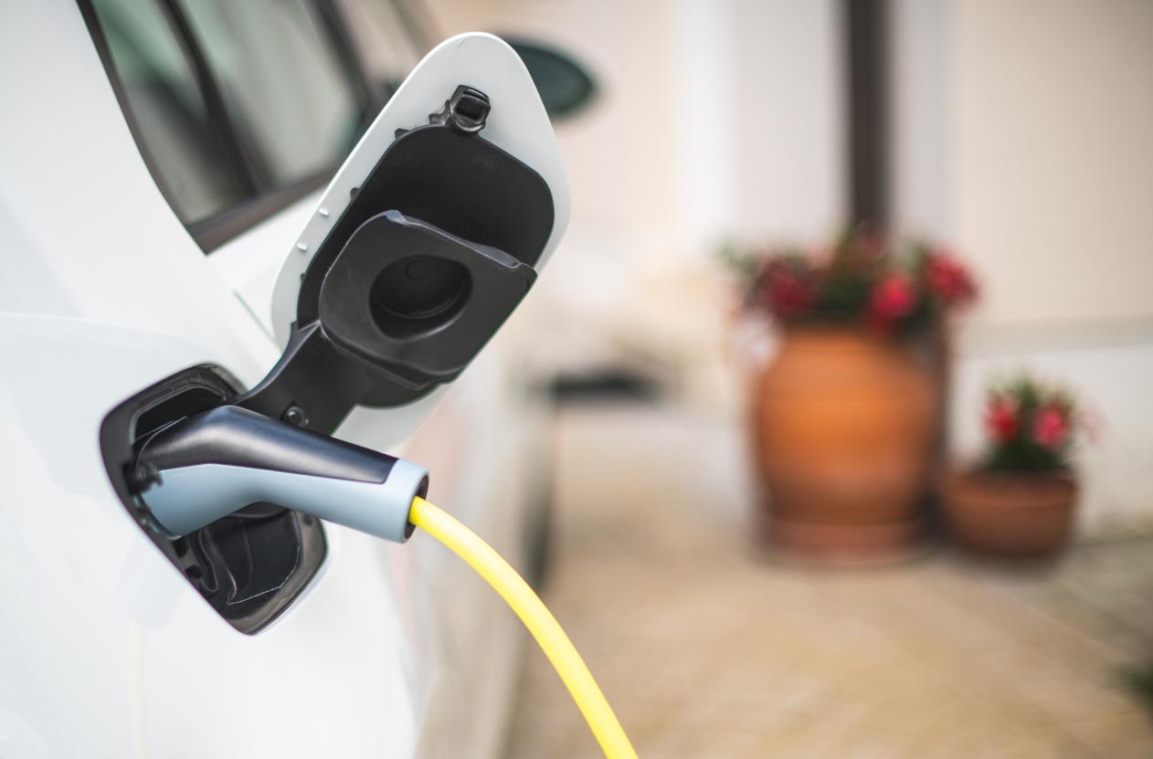 家で電気自動車の充電をする