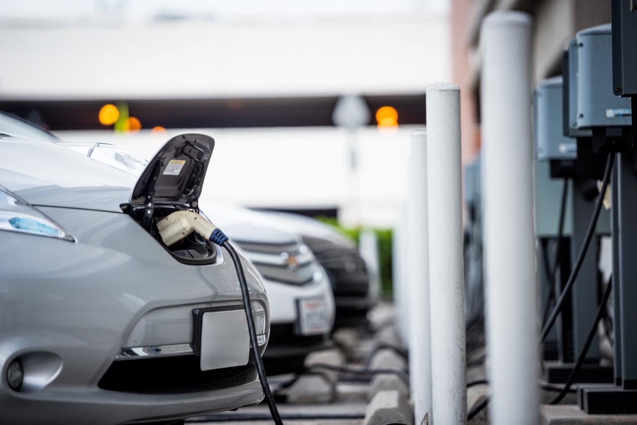 充電スタンドで充電する電気自動車