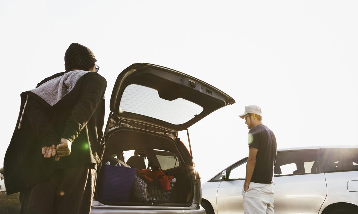 車に集まる男性