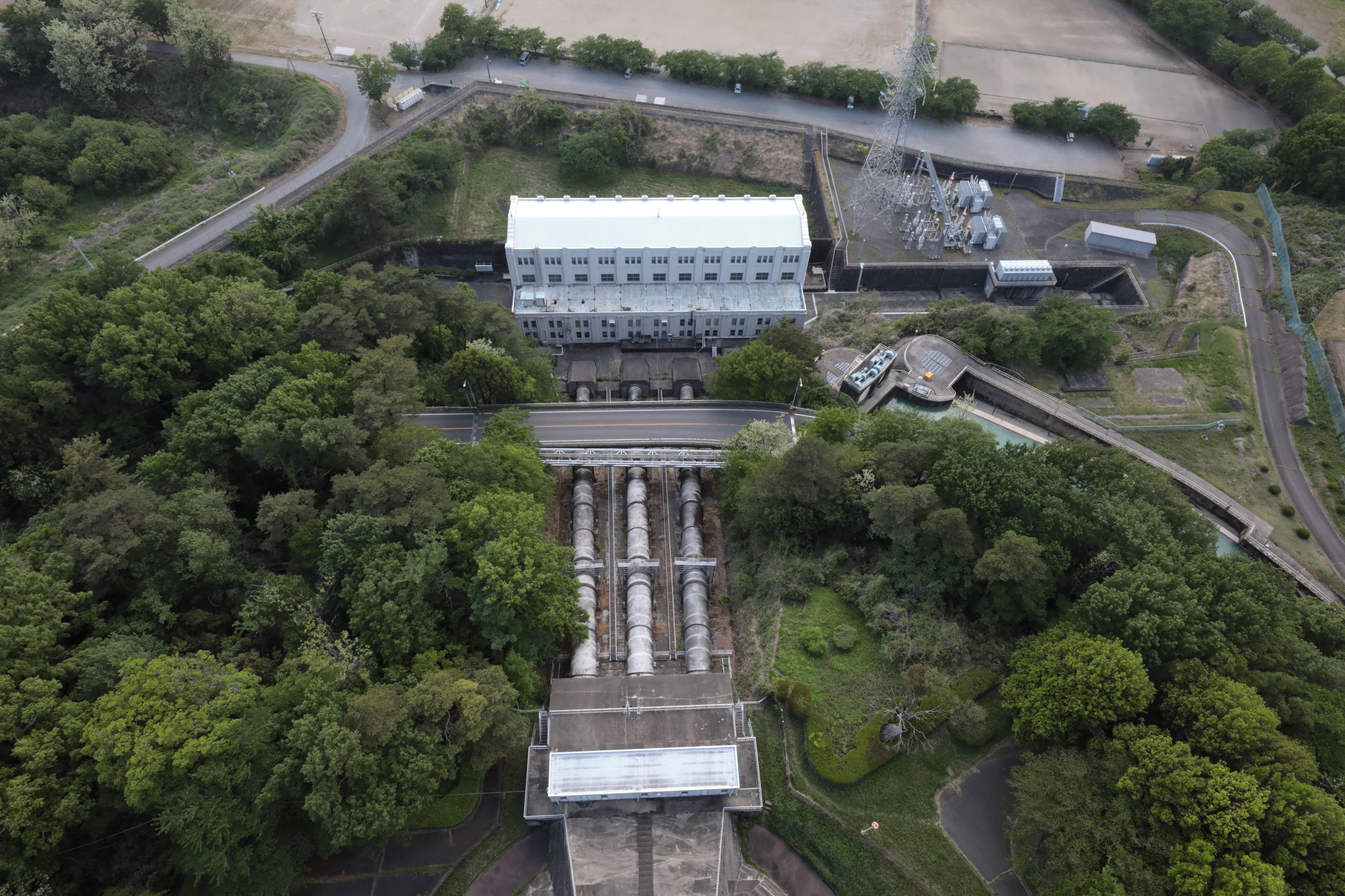 発電所の建屋と3本の鉄管