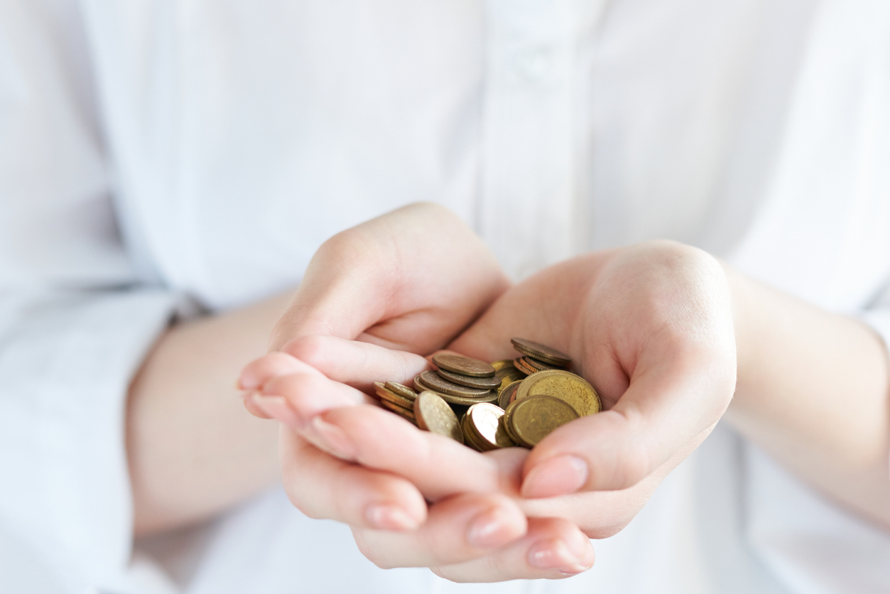 手とコイン