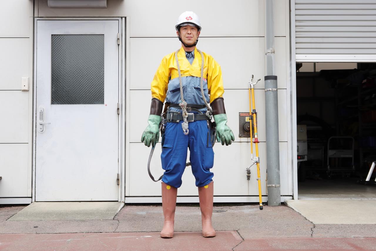 高圧線作業の際の装備一式を装着した能登さん