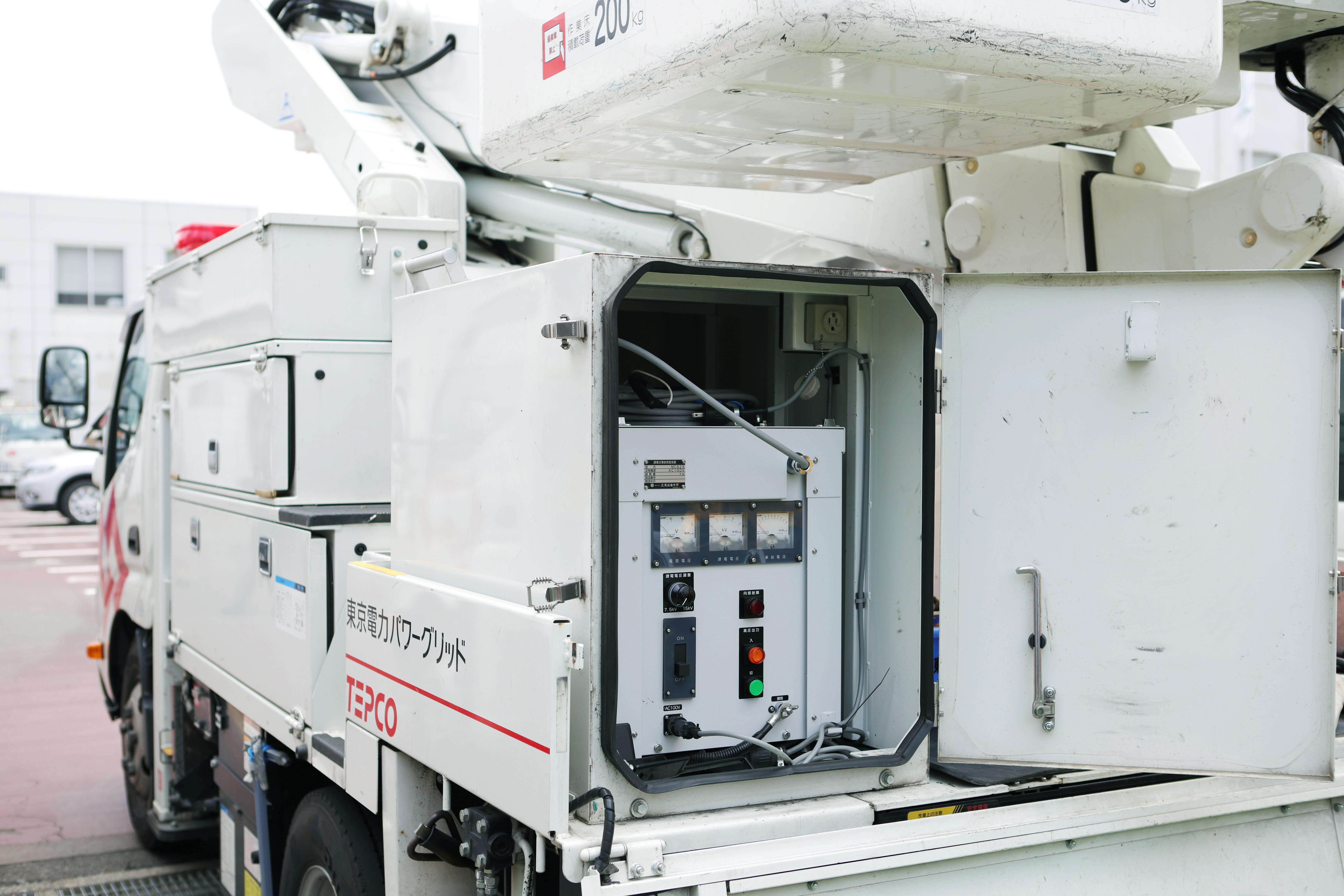 高所作業車に搭載されている課電装置