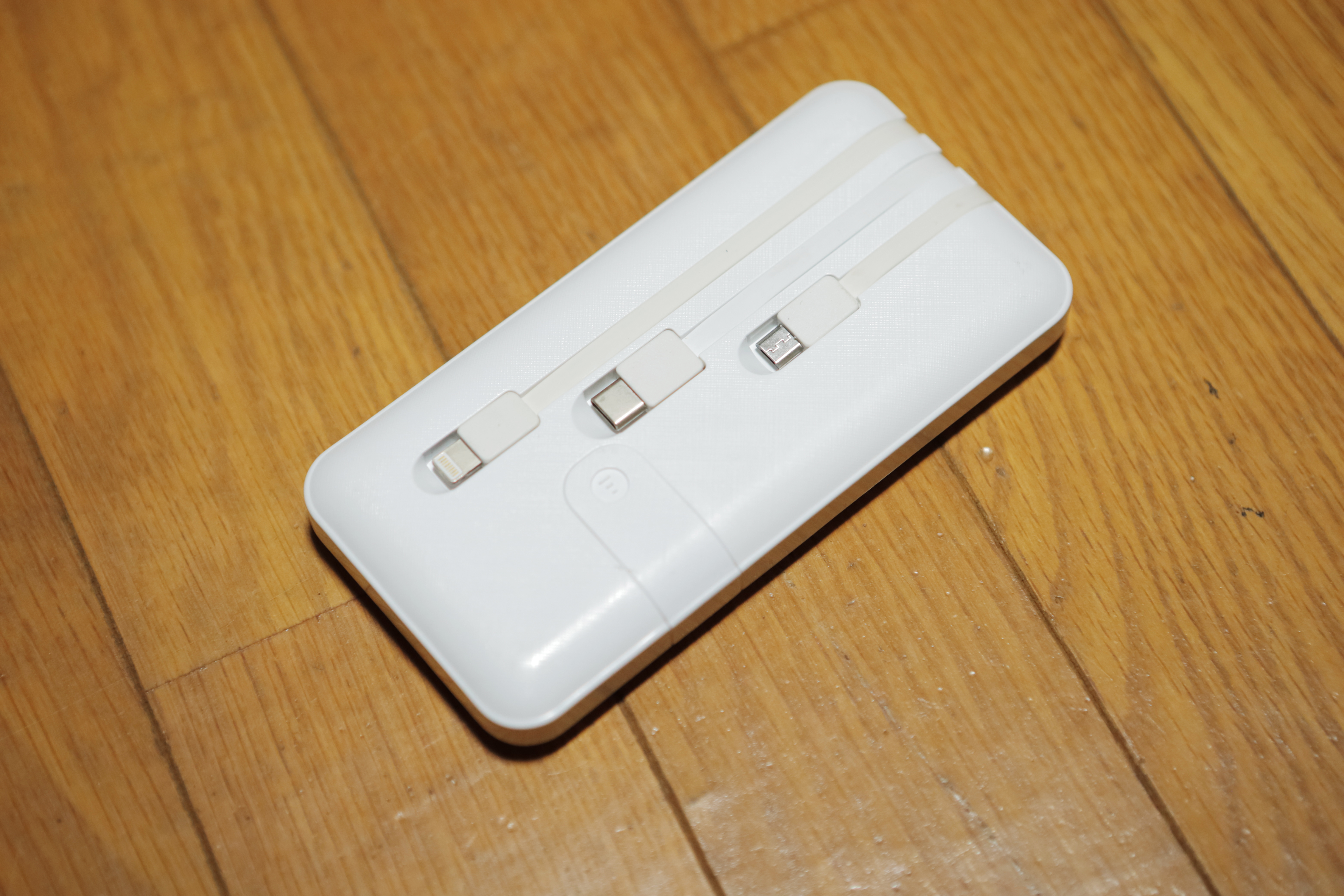 渡辺さんのケーブル付きモバイルバッテリー