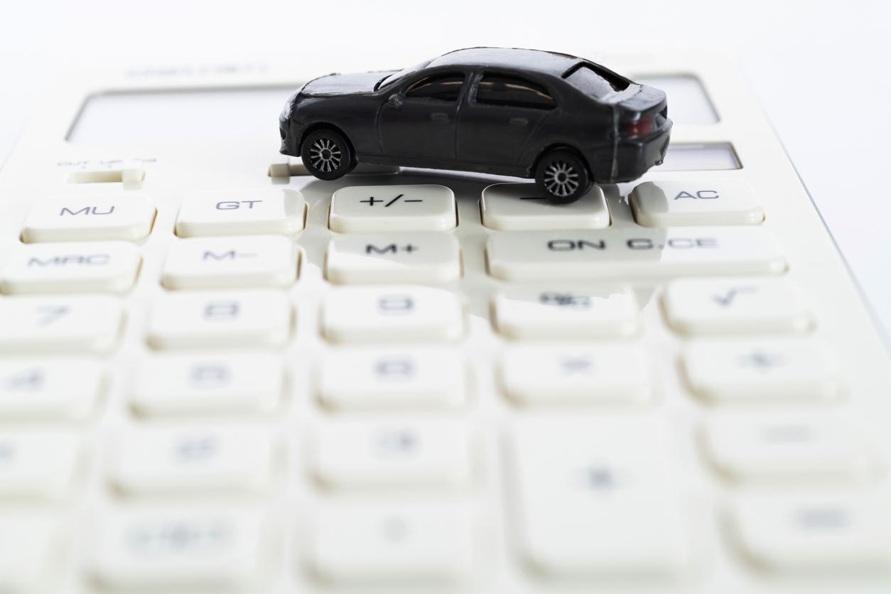 istock画像 車と電卓