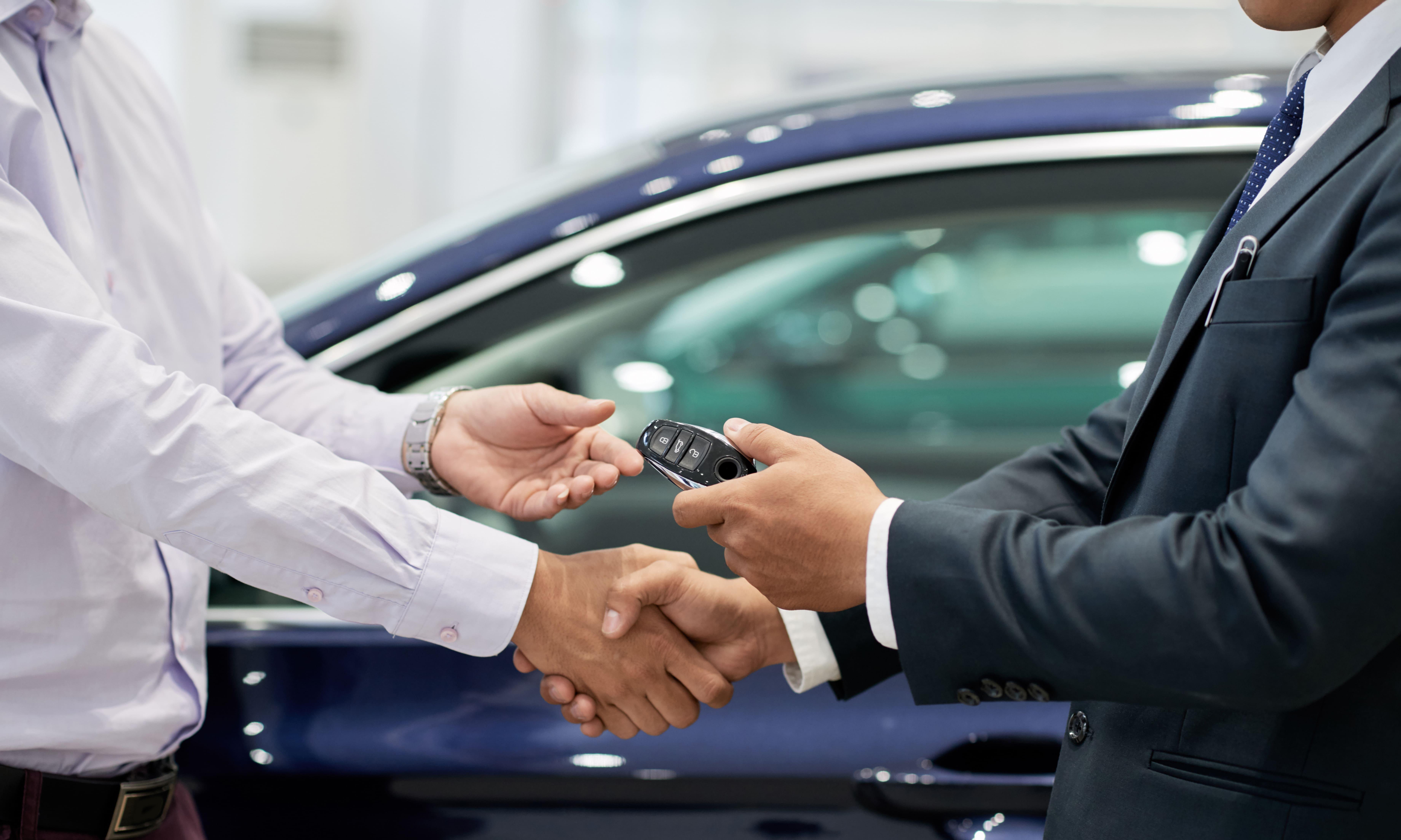 istock画像 車の横で握手