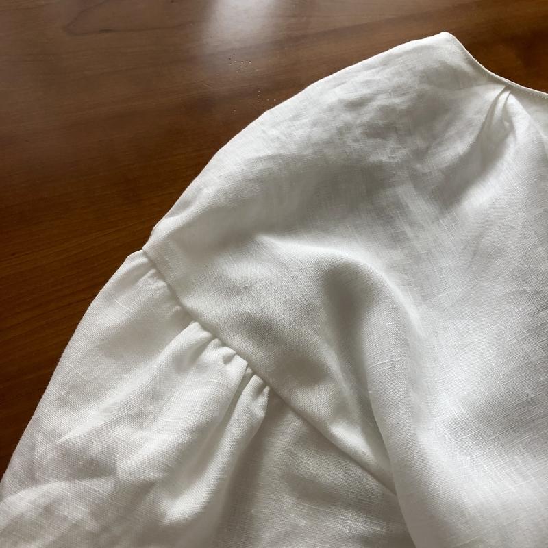 バルーン袖のシンプルブラウス