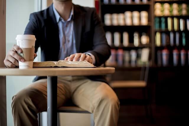 カフェ、スタバ、男性