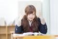 学校で試験勉強に困っている女子生徒