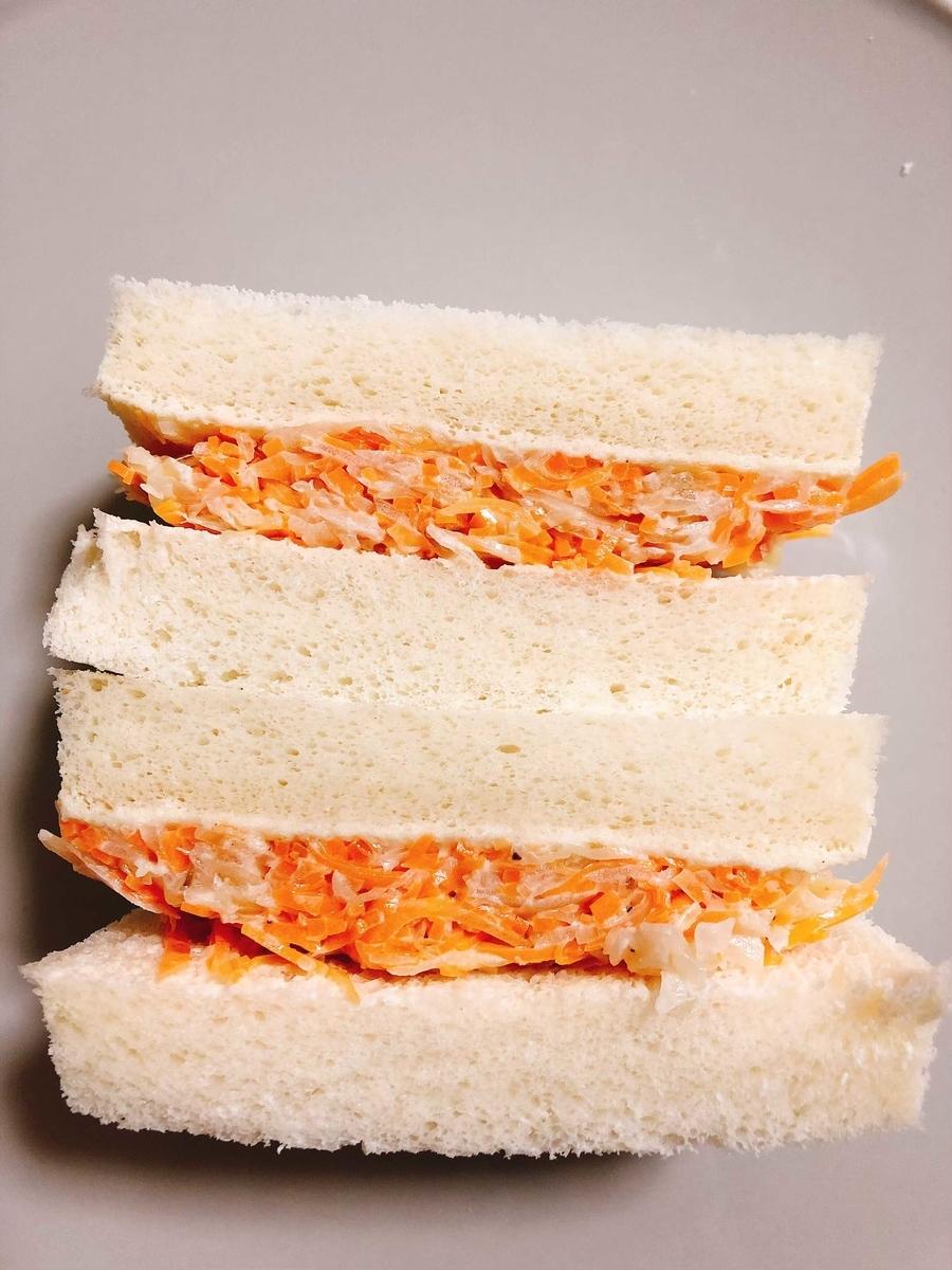 コールスローでサンドイッチ