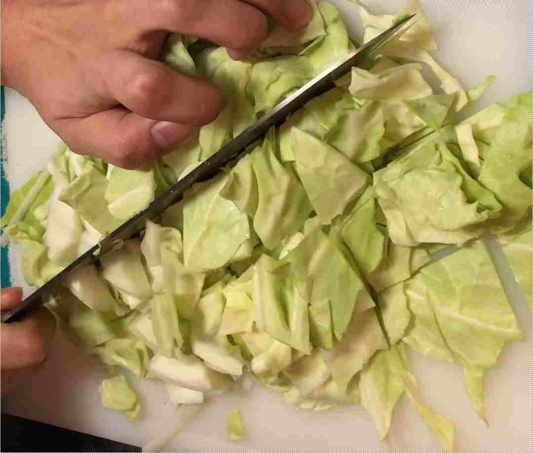 豚塩炒めキャベツ切る