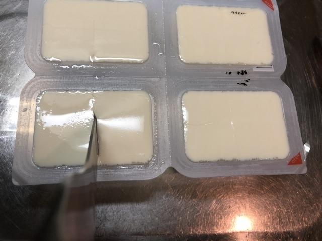 オイシックスの豆腐を切る