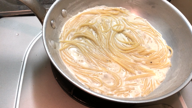 クリームチーズパスタ煮込む