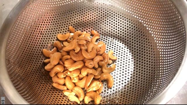 カシューナッツを揚げる