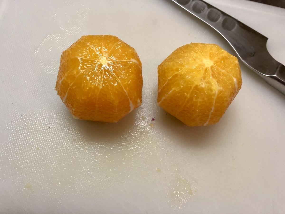 オレンジの皮を剥く