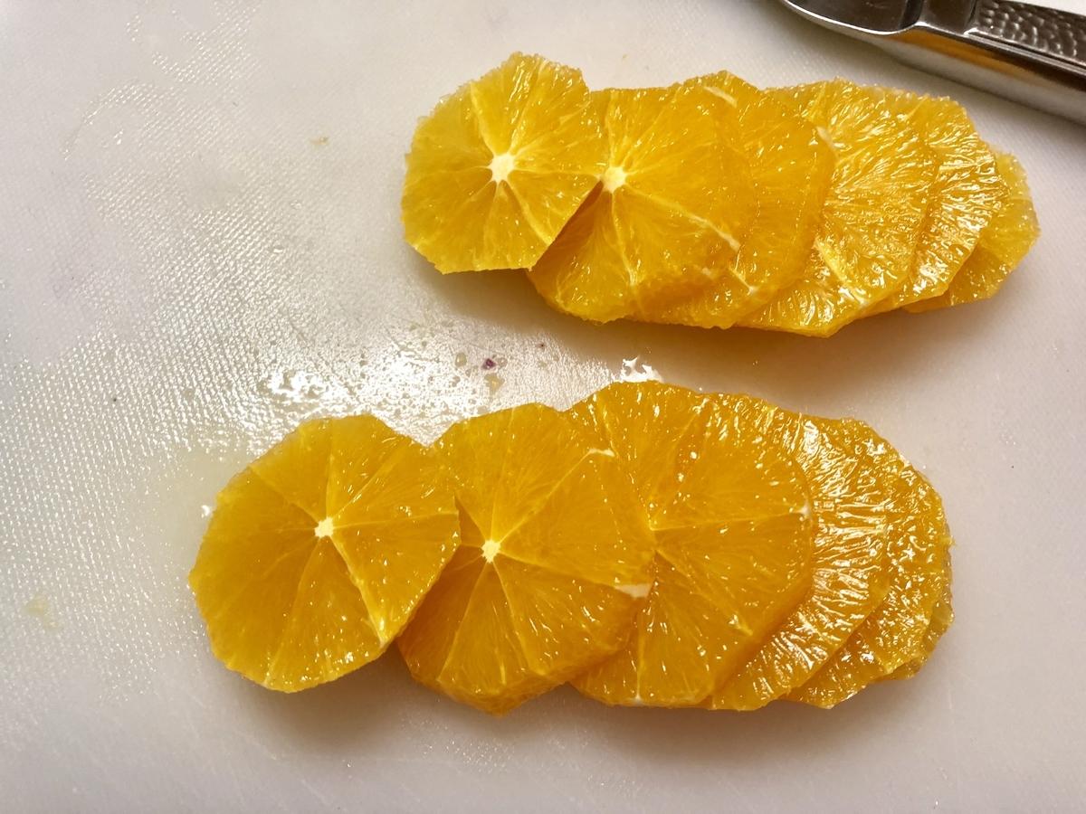 オレンジを切る
