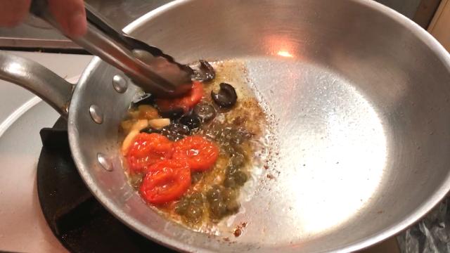 プッタネスカトマト潰す